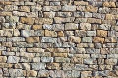 Texture de mur en pierre allumée par le soleil Image libre de droits