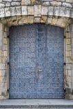 Texture de mur en pierre avec la porte médiévale Images stock