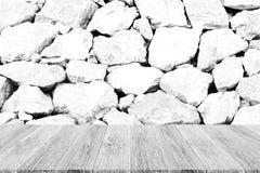 Texture de mur en pierre, processus dans la couleur blanche avec les WI en bois de terrasse Photos libres de droits
