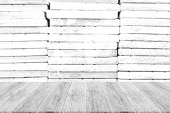 Texture de mur en pierre, processus dans la couleur blanche avec les WI en bois de terrasse Images libres de droits