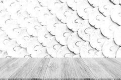 Texture de mur en pierre, processus dans la couleur blanche avec la terrasse en bois Photo libre de droits