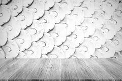 Texture de mur en pierre, processus dans la couleur blanche avec la terrasse en bois Photographie stock