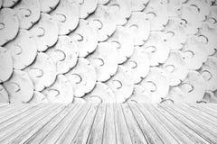 Texture de mur en pierre, processus dans la couleur blanche avec la terrasse en bois Photos libres de droits