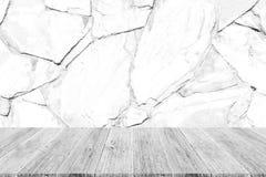 Texture de mur en pierre, processus dans la couleur blanche avec la terrasse en bois Image libre de droits