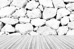 Texture de mur en pierre, processus dans la couleur blanche avec la terrasse en bois Images stock