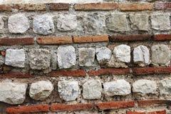 Texture de mur romain antique de briques de rouge et blanches photos stock