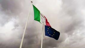 Texture de ondulation de tissu du drapeau de l'Italie et de l'union l'Europe sur le ciel avec des nuages, concept de