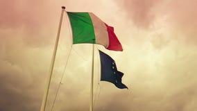 Texture de ondulation de tissu du drapeau de l'Italie et de l'union l'Europe sur le ciel de coucher du soleil avec des nuages, co