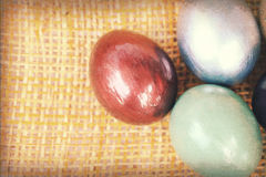 Texture de papier de vintage, oeufs de pâques colorés sur le shee en bambou d'armure Images stock