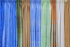 Texture de plan rapproché des tissus colorés de rideau en conception Photographie stock libre de droits