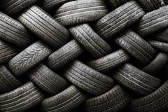 Texture de pneu de voiture Pneus de voiture sur un fond foncé photographie stock libre de droits