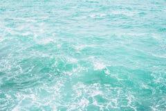 Texture de surface de l'eau d'océan Haut étroit de vagues de mer profonde photo stock
