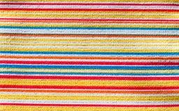 Texture de tissu avec le modèle horizontal coloré de rayures Image libre de droits