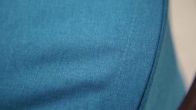 Texture de tissu bleu sur une voiture d'enfant banque de vidéos
