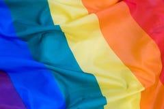 Texture de tissu du fond gai de drapeau Drapeau de ondulation de LGBT Photos stock