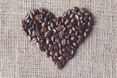 Texture de toile de jute avec la forme de coeur de grains de café Photo libre de droits