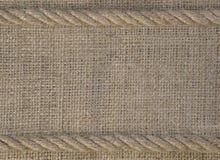 Texture de toile de jute avec la corde de corde Cadre de calibre de fond brut de tissu photographie stock
