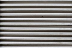 Texture des abat-jour en métal pour une porte ou une fenêtre dans la couleur grise Photos stock