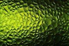 Texture des gouttelettes d'eau sur la bouteille verte, macro tir pour le fond abstrait photographie stock libre de droits