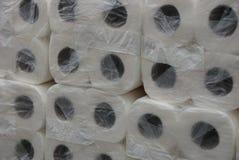 Texture des rouleaux blancs de papier hygiénique dans l'emballage de cellophane photos libres de droits