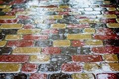 Texture des tuiles humides de trottoir avec l'éclat Jour d'été pluvieux dans c photographie stock