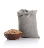 Texture du blé dans le sac et une cuvette Images stock