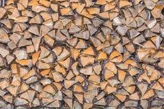 Texture du bois fendu qui a été stocké pour sécher photographie stock libre de droits