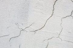 Texture du mur criqué sale blanc Petites fissures droites Fracture directe sur la surface peinte Fissure de cellules Photos libres de droits