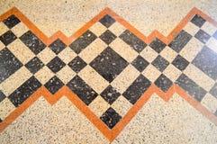 Texture du plancher en pierre de marbre de marbre, tuiles avec les places, les losanges, les triangles et les lignes bruns, noirs image stock