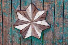 Texture en bois avec une étoile sur une vieille barrière Images libres de droits