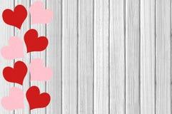 Texture en bois blanche avec les coeurs rouges et roses en gros plan Photo libre de droits