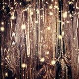 Texture en bois de brun foncé avec la neige et les étoiles blanches dans l'étable de vintage Images stock
