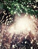 Texture en bois de brun foncé avec la neige, les étoiles et l'arbre de sapin blancs d Photo libre de droits