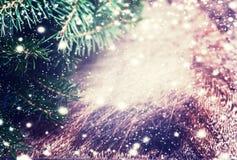 Texture en bois de brun foncé avec la neige, les étoiles et l'arbre de sapin blancs dedans Photos libres de droits