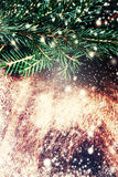 Texture en bois de brun foncé avec la neige, les étoiles et l'arbre de sapin blancs dedans Images libres de droits