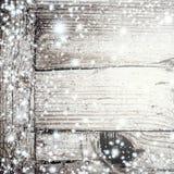 Texture en bois grise lumineuse avec la neige et les étoiles blanches dans le St de vintage Photo stock