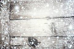 Texture en bois grise lumineuse avec la neige et les étoiles blanches dans le St de vintage Image stock