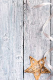 Texture en bois peinte bleu-clair avec l'étoile de Noël Photographie stock libre de droits