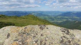 Texture en pierre pour le lettrage sur le fond des montagnes et du ciel Images stock