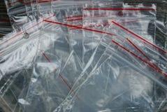 Texture en plastique grise de petits sacs de cellophane dans un tas image stock