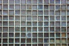 Texture en verre des places grises du verre boueux sur le mur du bâtiment Photographie stock libre de droits