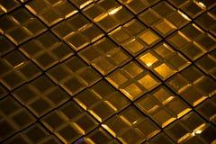 Texture en verre réfléchissante et fond d'abrégé sur diamant de losange d'or foncé Photographie stock libre de droits