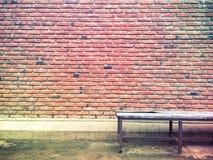 Texture et modèle de mur de briques avec la vieille chaise Photos libres de droits