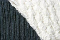Texture extérieure blanche et bleue tricotée, un fond d'hiver, un petit modèle images stock
