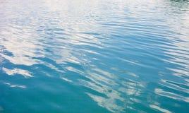 Texture extérieure de lac abstrait water avec la réflexion de nuages image libre de droits