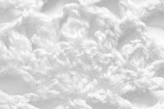 Texture faite main blanche de nappe de dentelle sur le fond blanc Photographie stock
