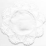 Texture faite main blanche de nappe de dentelle sur le fond blanc Images stock