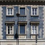 Texture figure de plâtre, barres dans la fenêtre carrée et porte de fer Photo stock