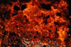 Texture flamboyante lumineuse des morceaux de combustion lente de bois de chauffage et des flammes de flambage Plan rapproch? de  image stock
