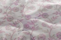 Texture, fond, modèle Dentelle rose sur le fond blanc broche Photos libres de droits